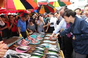 Park visits traditional market