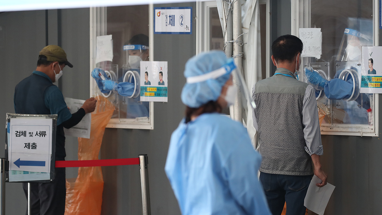 S. Korea's daily new COVID-19 cases spike to over 600