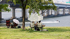 Overheated Seoulites cool down along Han River under strict COVID-19 restrictions