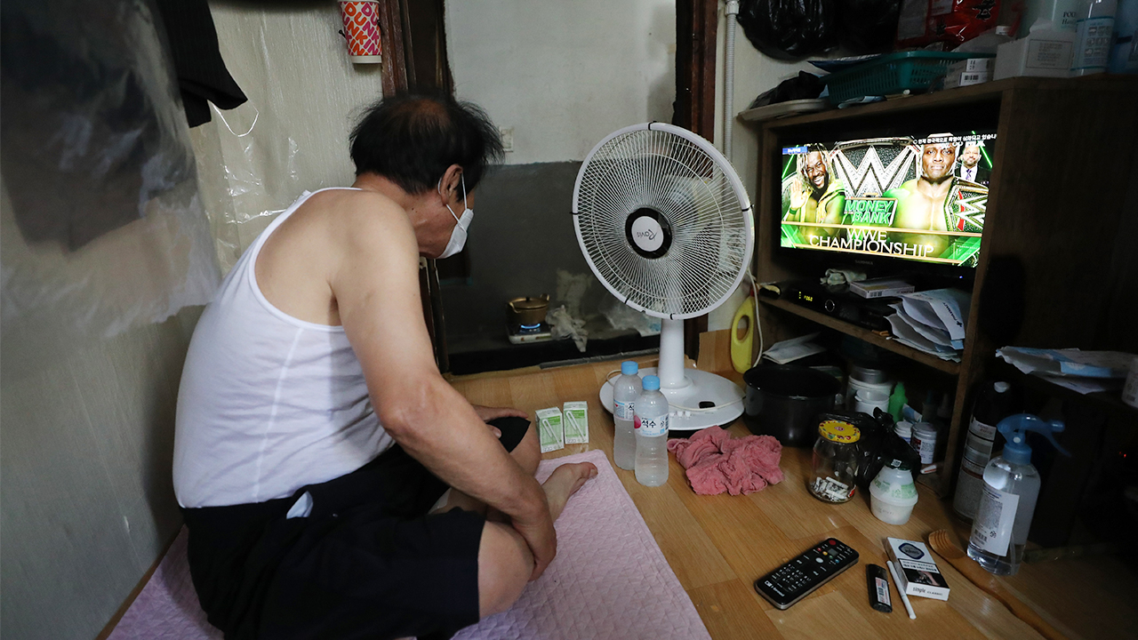 One in five people over age of 65 live alone without spouse or children: Statistics Korea